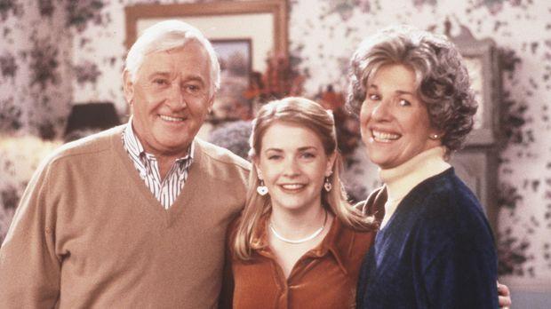 Sabrina (Melissa Joan Hart, M.) hat Nana (Karen Morrow, r.) in einem Sozialpr...