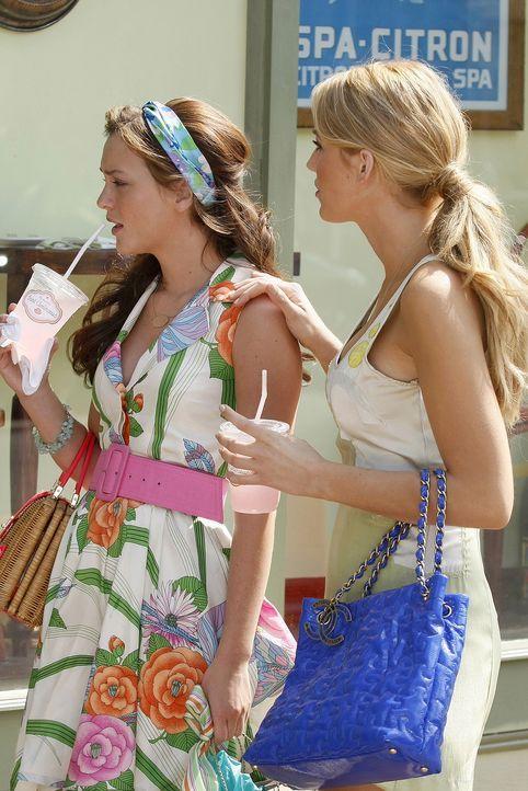 Endlich wieder vereint: Während Serena (Blake Lively, r.) den Sommer mit ihrer Familie an der Ostküste verbracht hat, war Blair (Leighton Meester, l... - Bildquelle: Warner Brothers