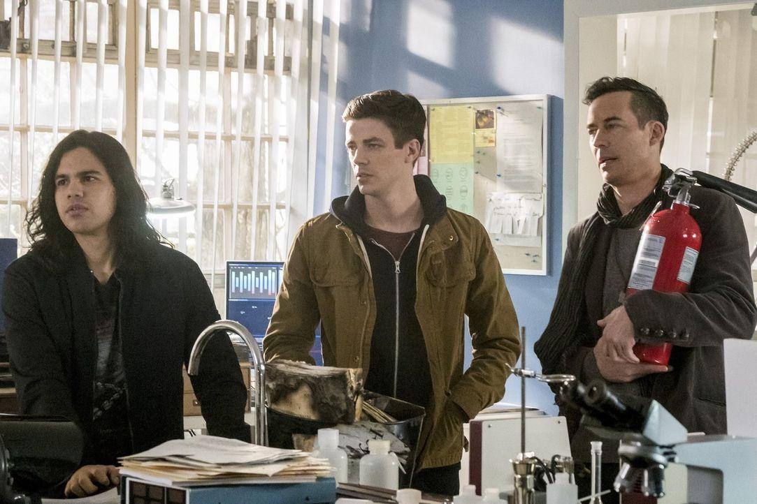 Als Cisco (Carlos Valdes, l.), Barry (Grant Gustin, M.) und H.R. (Tom Cavanagh, r.) bei der Wissenschaftlerin Tracy Brand auftauchen, ist dieser ger... - Bildquelle: 2016 Warner Bros.