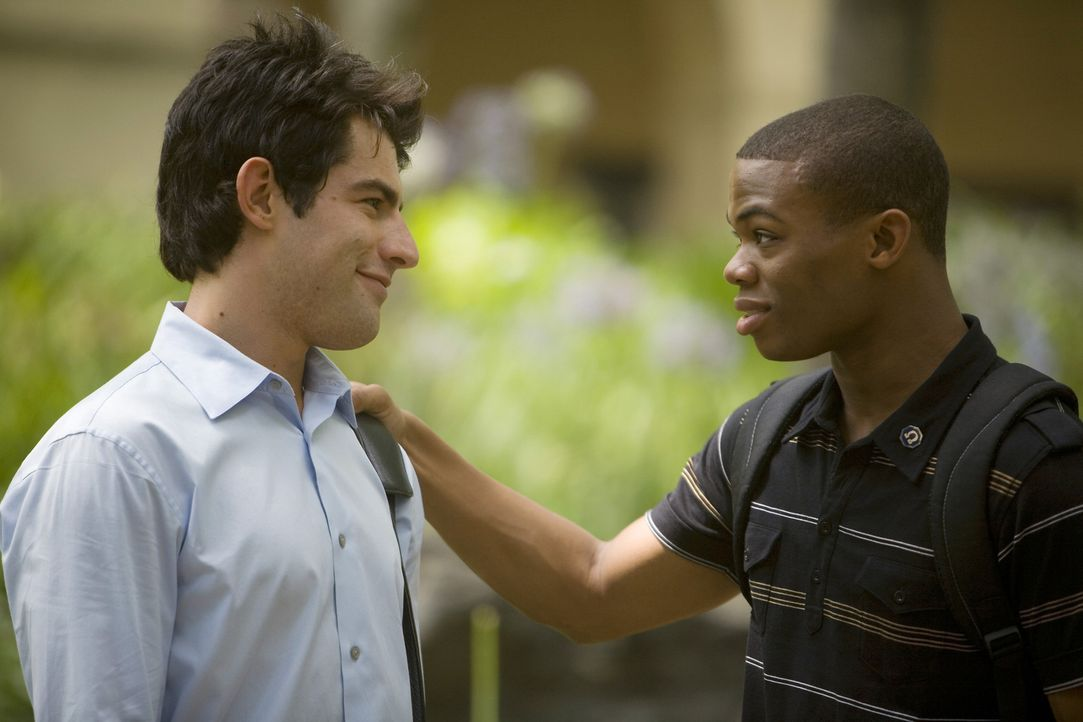 Bei einem gemeinsamen Abendessen mit Calvin (Paul James, r.) treffen Michael (Max Greenfield, l.) und Evan eine Vereinbarung ... - Bildquelle: 2008 ABC Family