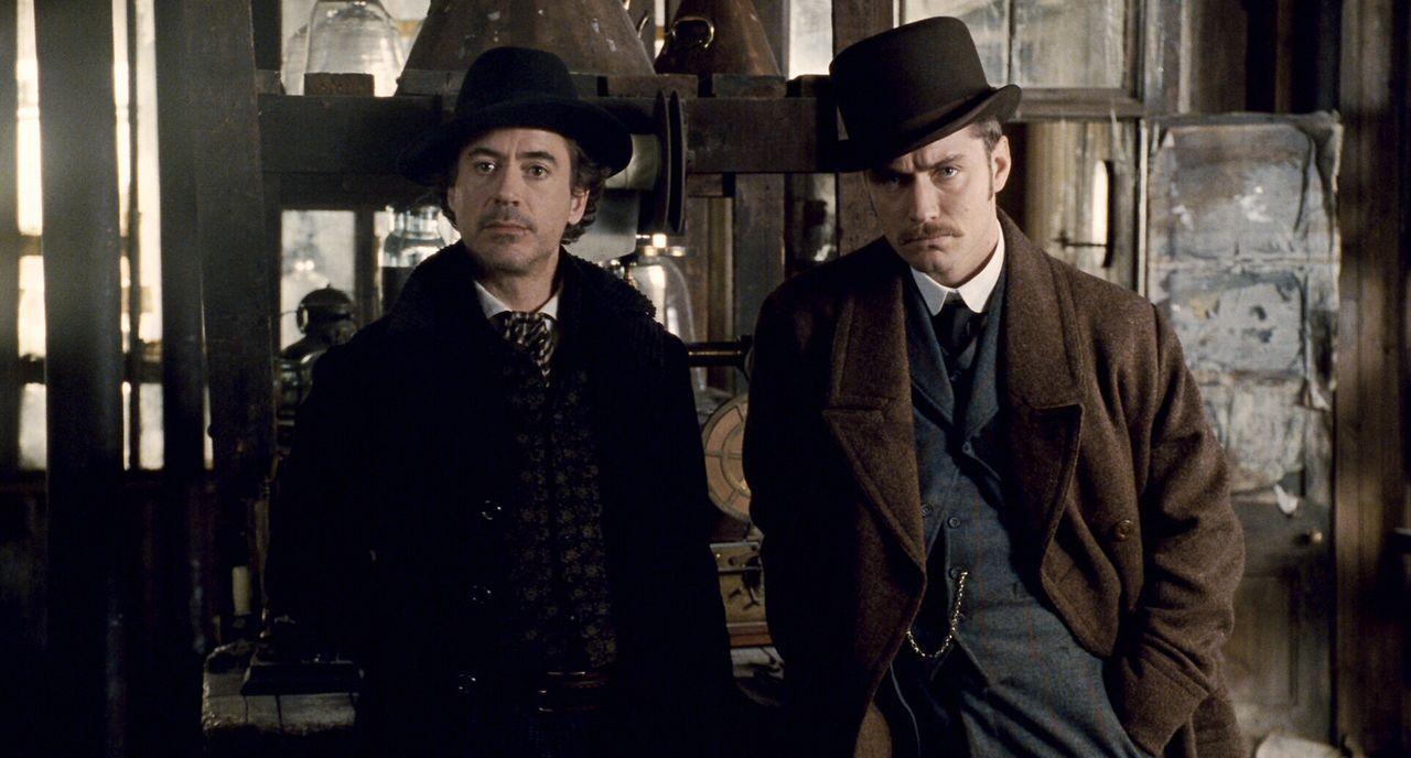 Während Holmes (Robert Downey Jr., l.) und sein Gehilfe Dr. Watson (Jude Law, r.) versuchen, Blackwoods tödliches Komplott zu vereiteln, geraten s... - Bildquelle: Warner Brothers