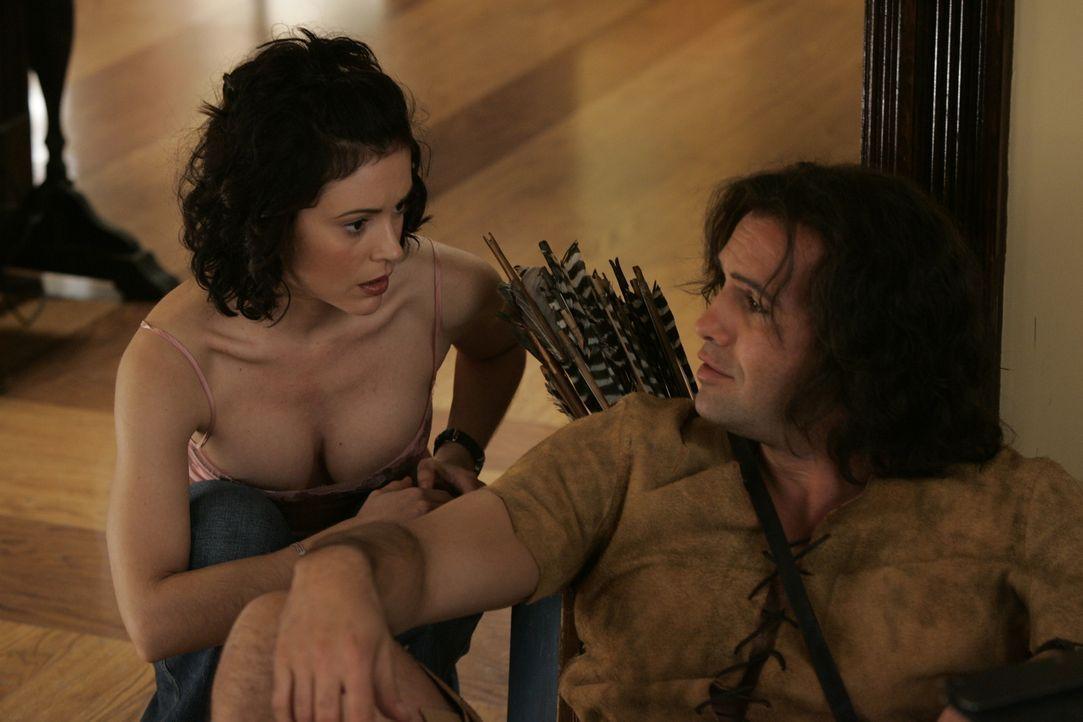Wird Phoebe (Alyssa Milano, l.) Drake (Billy Zane, r.) aufhalten können? - Bildquelle: Paramount Pictures