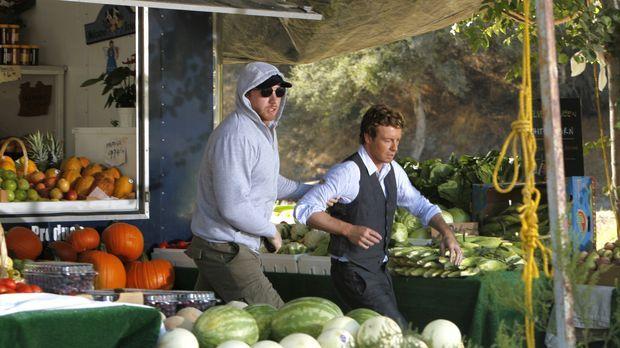 Patrick Jane (Simon Baker, r.) wird an einem Obststand vom Gangster Fred Kitt...