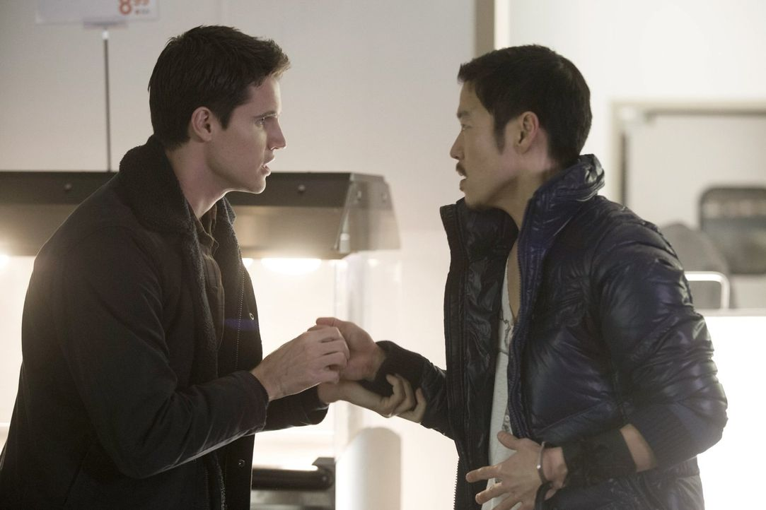 Kommt Stephen (Robbie Amell, l.) noch rechtzeitig, um Russell (Aaron Yoo, r.) und die anderen von Julian zu retten? - Bildquelle: Warner Bros. Entertainment, Inc
