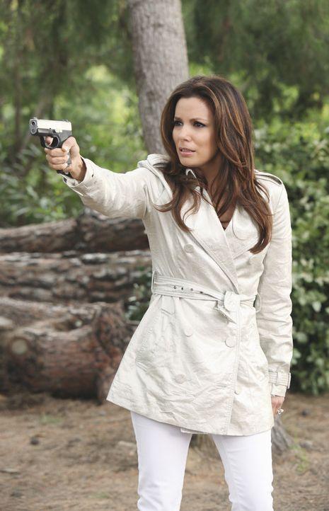 Während die Vorbereitungen für eine Dinnerparty im vollen Gange sind, bedroht Gabrielle (Eva Longoria) ihren Stiefvater Alejandro mit einer Waffe... - Bildquelle: ABC Studios