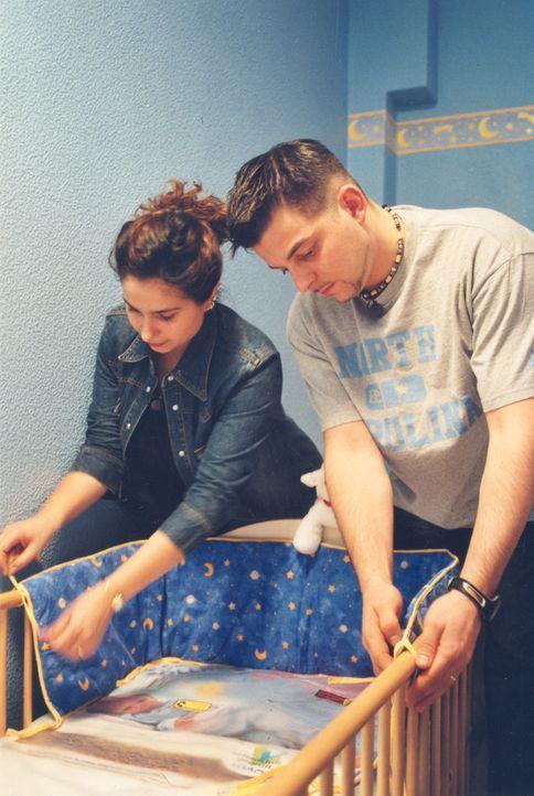 David (r.) und seine Frau Tülay (l.) bereiten gemeinsam das Kinderzimmer vor ... - Bildquelle: ProSiebenSat.1 TV