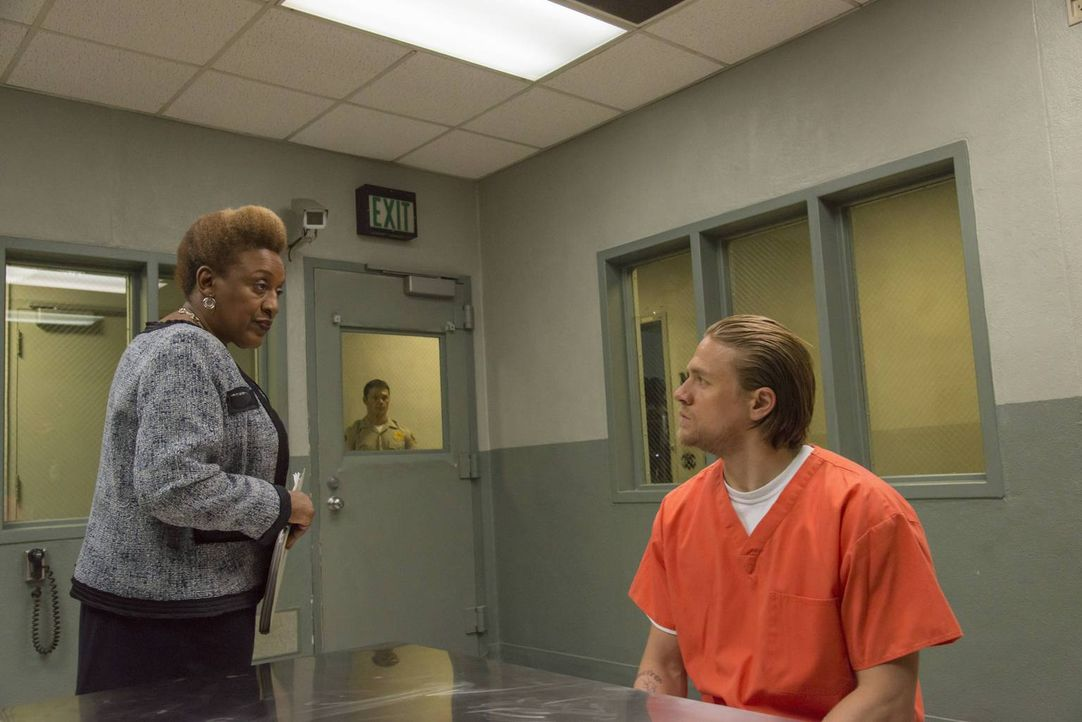 Während Gemma den Druck von Tyne (CCH Pounder, l.) gerade noch stand hält, redet Jax (Charlie Hunnam, r.) kein Wort mit ihr ... - Bildquelle: Prashant Gupta 2013 Twentieth Century Fox Film Corporation and Bluebush Productions, LLC. All rights reserved.