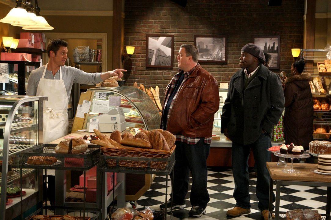 Mike (Billy Gardell, M.) ist schon ganz aufgeregt, er möchte mit Molly einen rundum gelungenen Valentinstag verbringen. Er hat extra einen Kuchen b... - Bildquelle: 2010 CBS Broadcasting Inc. All Rights Reserved.