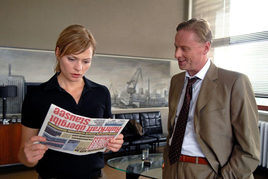 Martin (Susanna Simon, l.) erfährt von dem Ruhrkraft-Manager Zander (Hubertus Hartmann, r.), dass der Staudamm für die Trinkwasserversorgung freigeg... - Bildquelle: Stephanie Kulbach Sat.1