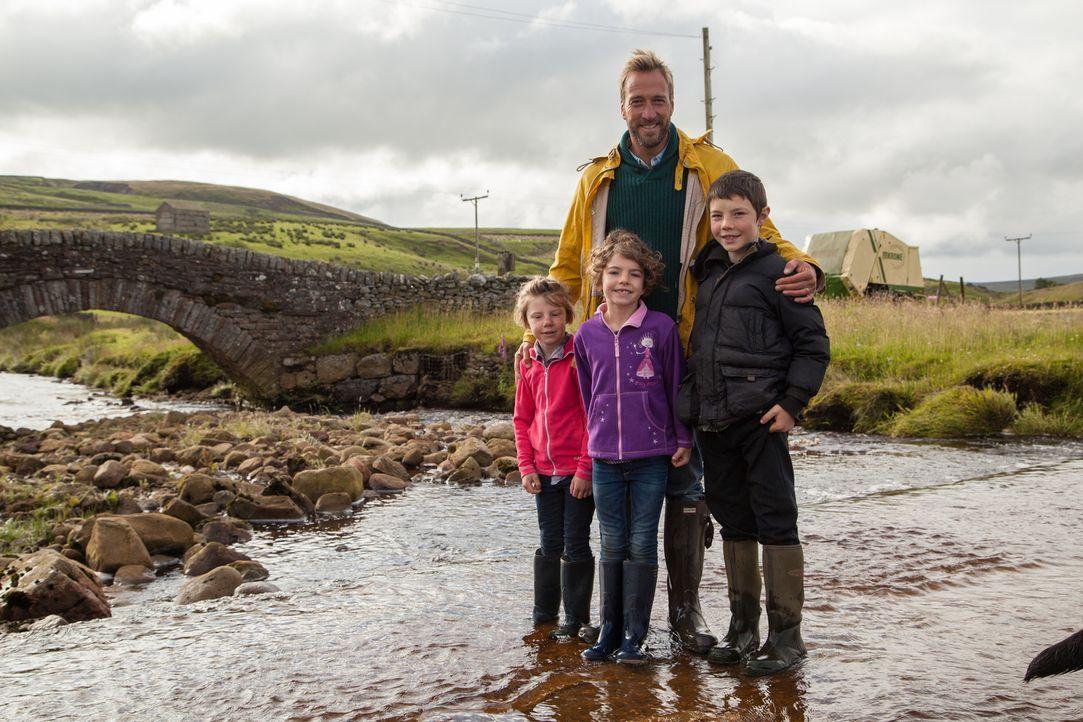Zwischen Schäferhunden und Rammböcken wird Ben (M.) bewusst, was es bedeutet, Kinder an einem abgeschiedenen Ort großzuziehen. - Bildquelle: 2015 BBC / Renegade Pictures