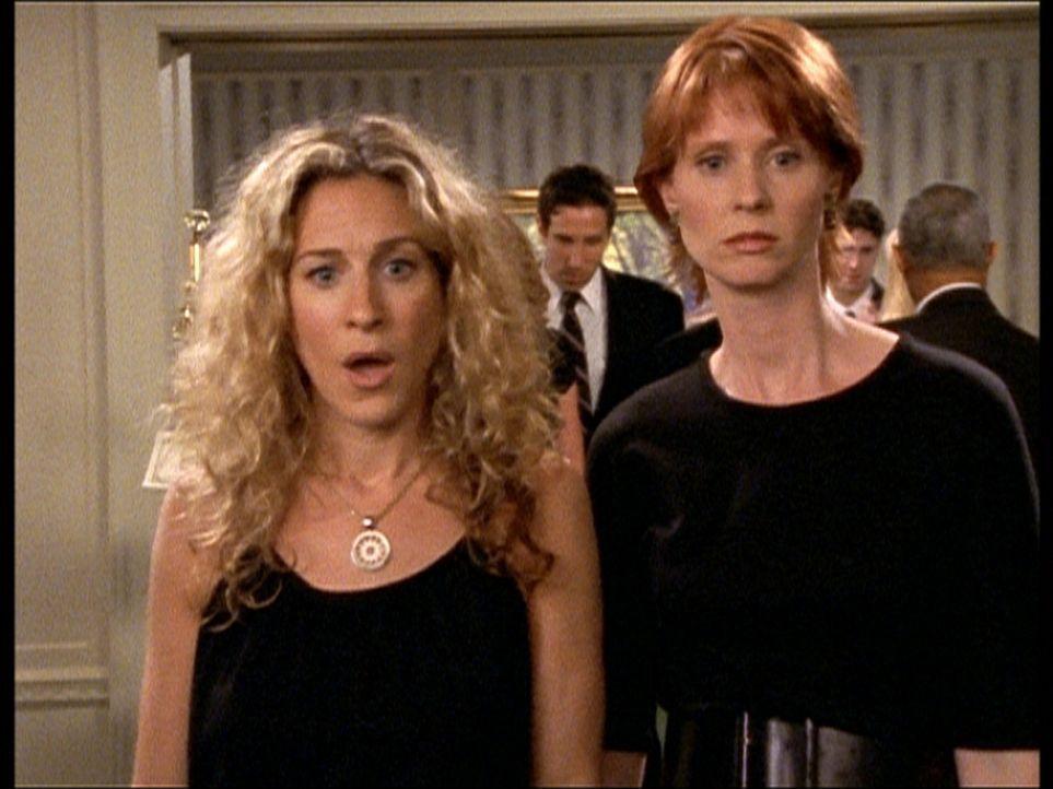 Im Angesicht des Todes: Carrie (Sarah Jessica Parker, l.) und Miranda (Cynthia Nixon, r.) bei der Totenfeier von Mirandas letztem Beinahe-Freund. - Bildquelle: Paramount Pictures
