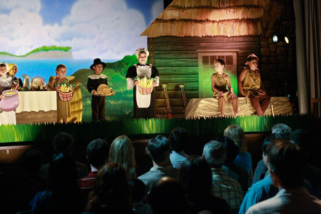 Als Juanita (Madison De La Garza, M.) während einer Schulaufführung flucht, will der Direktor die Kleine von einem Thanksgiving-Umzug ausschließen.... - Bildquelle: ABC Studios