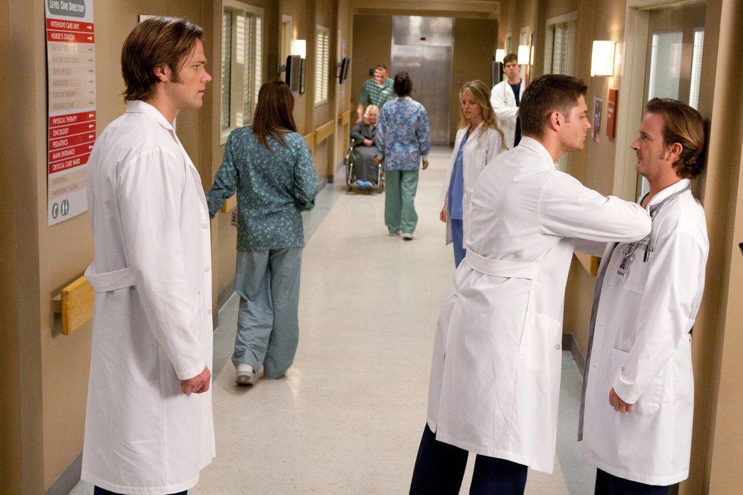 Dean (Jensen Ackles, M.) und Sam (Jared Padalecki, l.) müssen feststellen, dass ihre Leben scheinbar plötzlich in Reality-TV-Shows gefangen sind. Di... - Bildquelle: Warner Bros.
