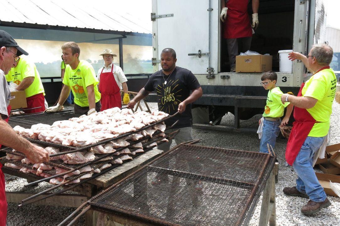 Fleisch ohne Ende: Für das Wohltätigkeits-Barbecue wendet, klopft, hackt und pinselt eine Armee von Freiwilligen Barbecue für über 4000 Besucher. - Bildquelle: 2015,Cooking Channel, LLC. All Rights Reserved.