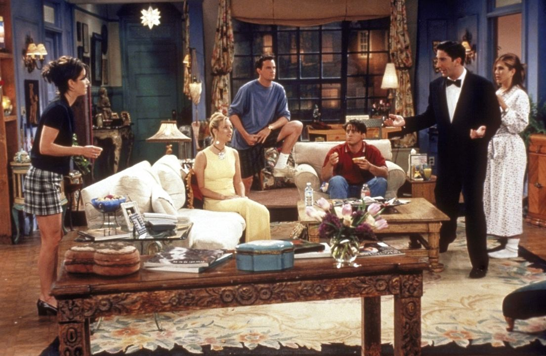 Ross' (David Schwimmer, 2.v.r.) wichtiger Abend ist gekommen, doch keiner von seinen Freunden (v.l.n.r.) Monica (Courteney Cox), Phoebe (Lisa Kudrow... - Bildquelle: TM+  2000 WARNER BROS.
