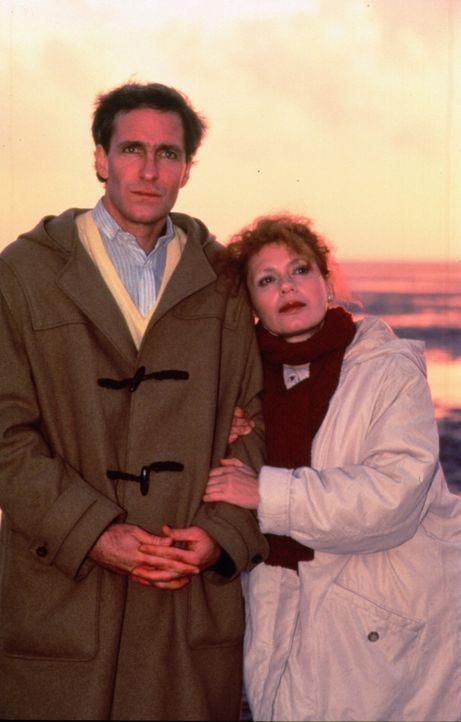 Noch sind Hanna (Renate Krössner, r.) und Ulrich (August Zirner, l.) ein glückliches Paar, doch dann wird der verschlossene Mann beschuldigt, ein Ve... - Bildquelle: Werner Kimmig Sat.1