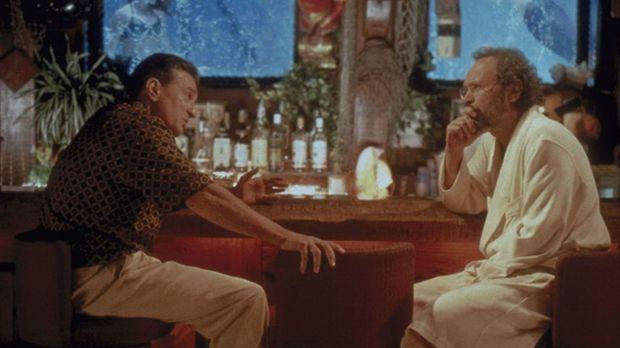 Weil der sonst so eiskalte Mafiaboss Paul Vitti (Robert De Niro, l.) plötzlic...