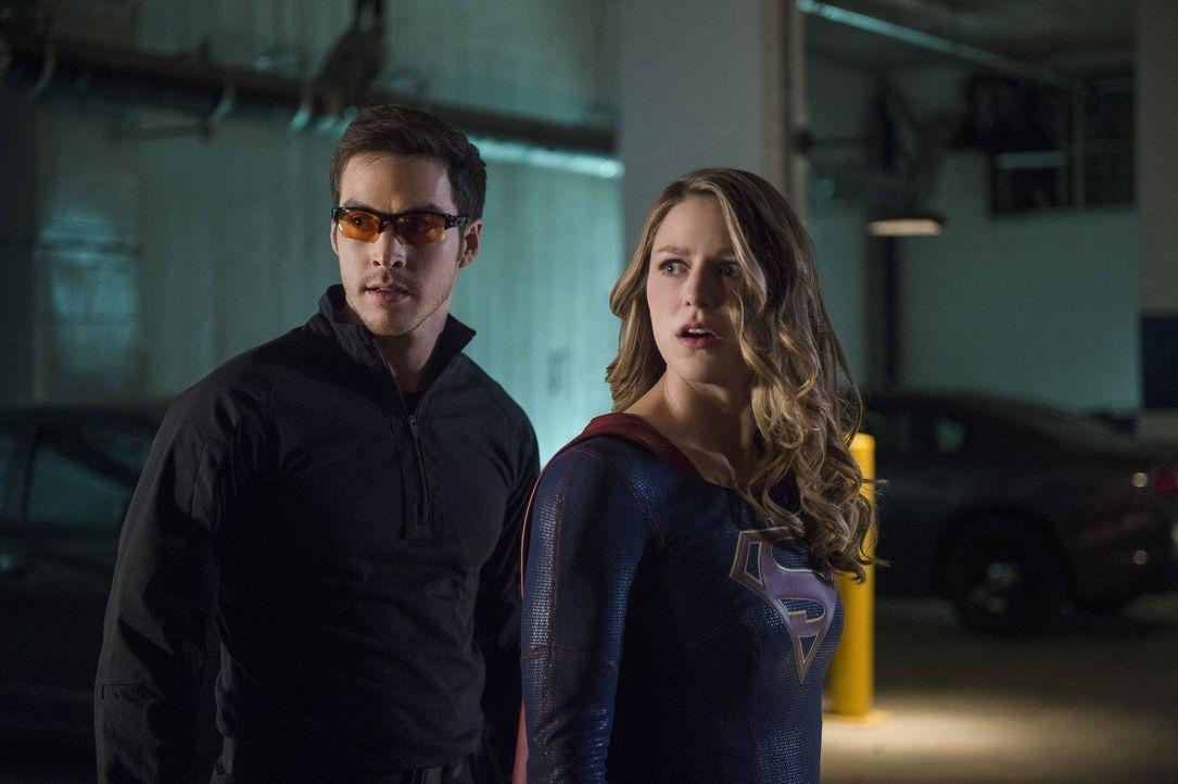 Während Mon-El (Chris Wood, l.) und Kara (Melissa Benoist, r.) versuchen, Livewire zurück ins Gefängnis zu bringen, fällt M'Gann ins Koma ... - Bildquelle: 2016 Warner Bros. Entertainment, Inc.