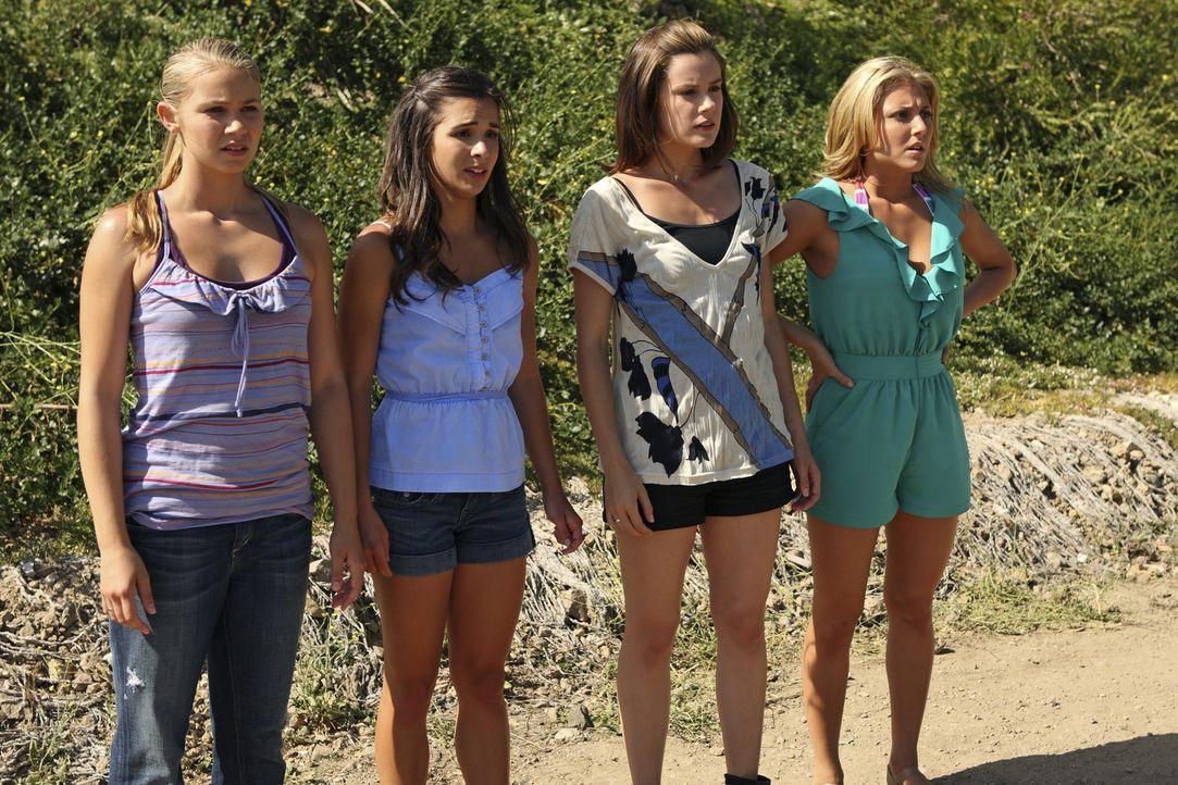 Die Party von Austin wird von der Polizei gestürmt, da müssen Payson (Ayla Kell, l.), Kaylie (Josie Loren, 2.v.l.), Emily (Chelsea Hobbs, 2.v.r.)... - Bildquelle: 2010 Disney Enterprises, Inc. All rights reserved.