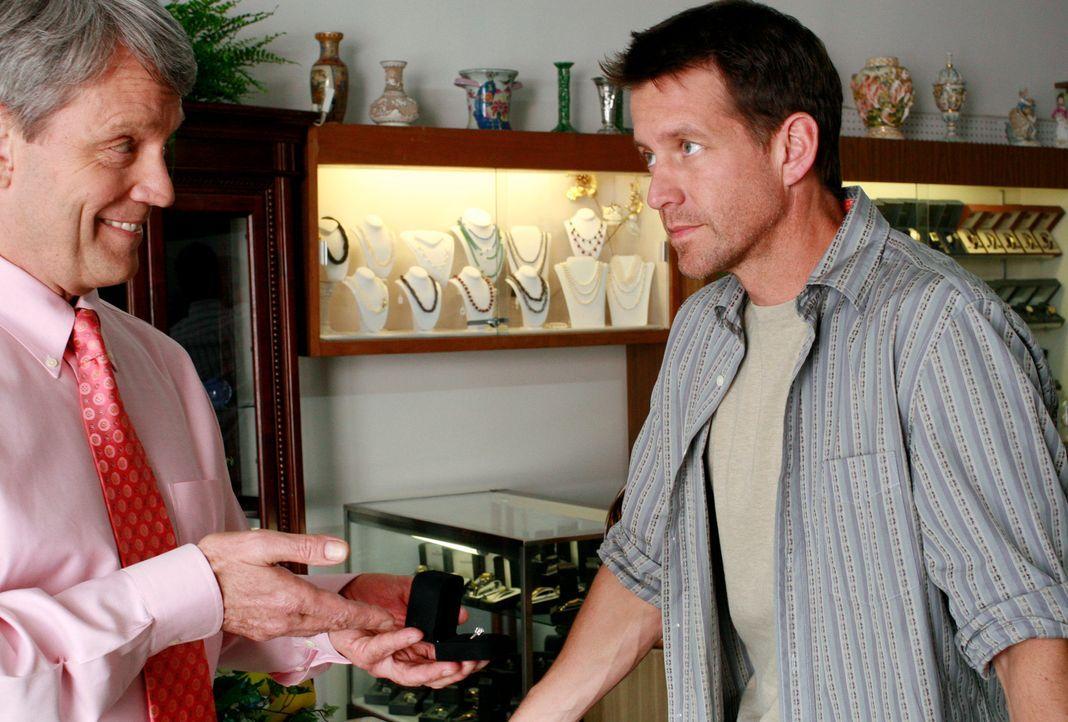Mike (James Denton, r.) will bei einem Juwelier (Brian Carpenter, l.) einen Ring für Susan kaufen, um ihr seine Liebe zu zeigen ... - Bildquelle: 2005 Touchstone Television  All Rights Reserved