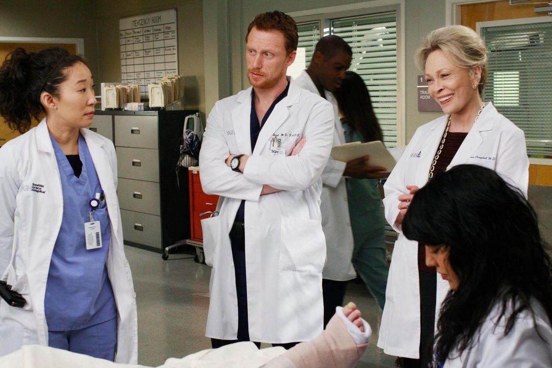 Während es zu einem Konflikt zwischen Dr. Campbell (Faye Dunaway, 2.v.r.), Cristina (Sandra Oh, l.) und Owen (Kevin McKidd, 2.v.l.) kommt, hofft Ca... - Bildquelle: Touchstone Television