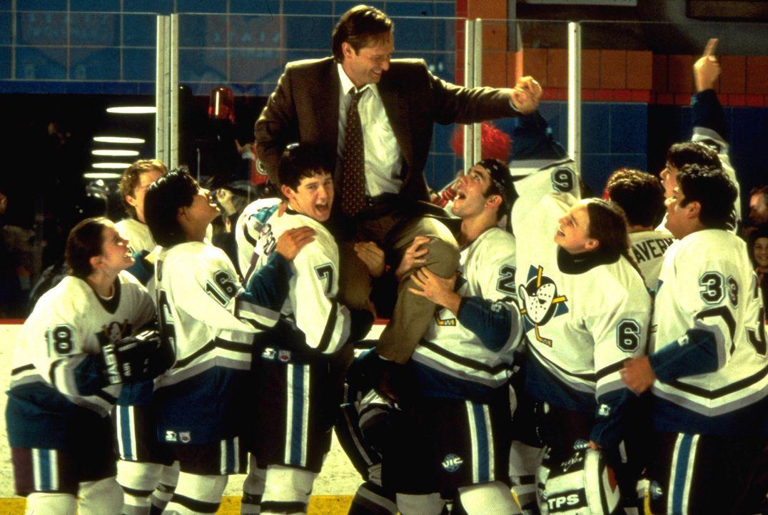 """Dank eines Stipendiums haben die """"Mighty Ducks"""" den Sprung an eine private Oberschule geschafft. Das bedeutet allerdings, dass ihr geliebter Trainer... - Bildquelle: Disney.  All Rights Reserved."""