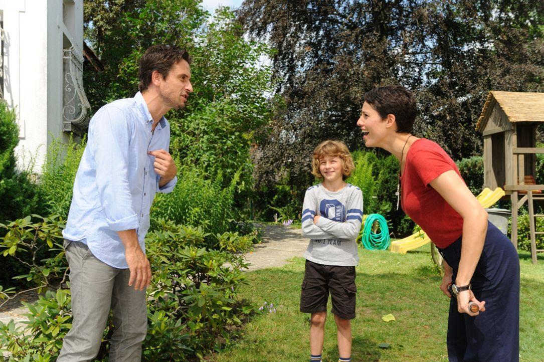 Seit dem Tod seiner Frau, ist Peter (Oliver Mommsen, l.) zum brummigen Eigenbrötler geworden. Sein Sohn Jan (Max Boekhoff, M.) hat es sich deshalb... - Bildquelle: SAT.1