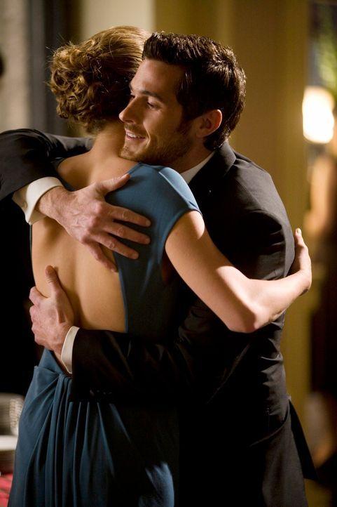 Rebecca (Emily VanCamp, l.) erzählt Justin (Dave Annable, r.), dass William Walker ihr leiblicher Vater ist, da sie die Walker-Familie auf keinen Fa... - Bildquelle: Disney - ABC International Television