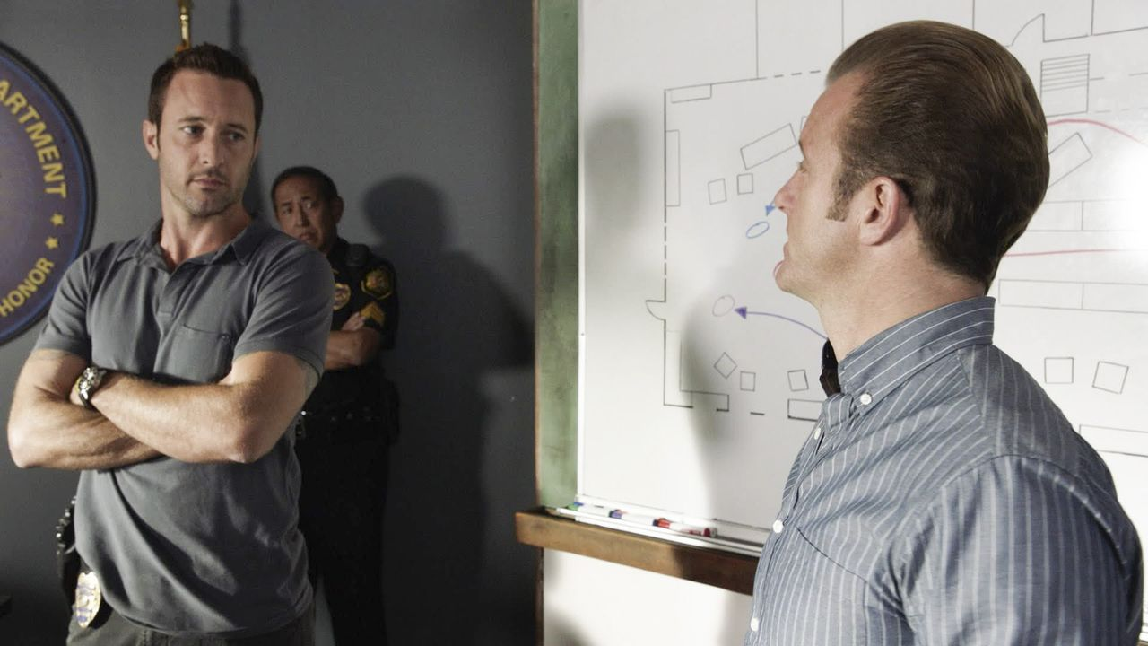 Ein neuer hochexplosiver Fall wartet auf Steve (Alex O'Loughlin, l.) und Danny (Scott Caan, r.) ... - Bildquelle: Norman Shapiro 2016 CBS Broadcasting, Inc. All Rights Reserved