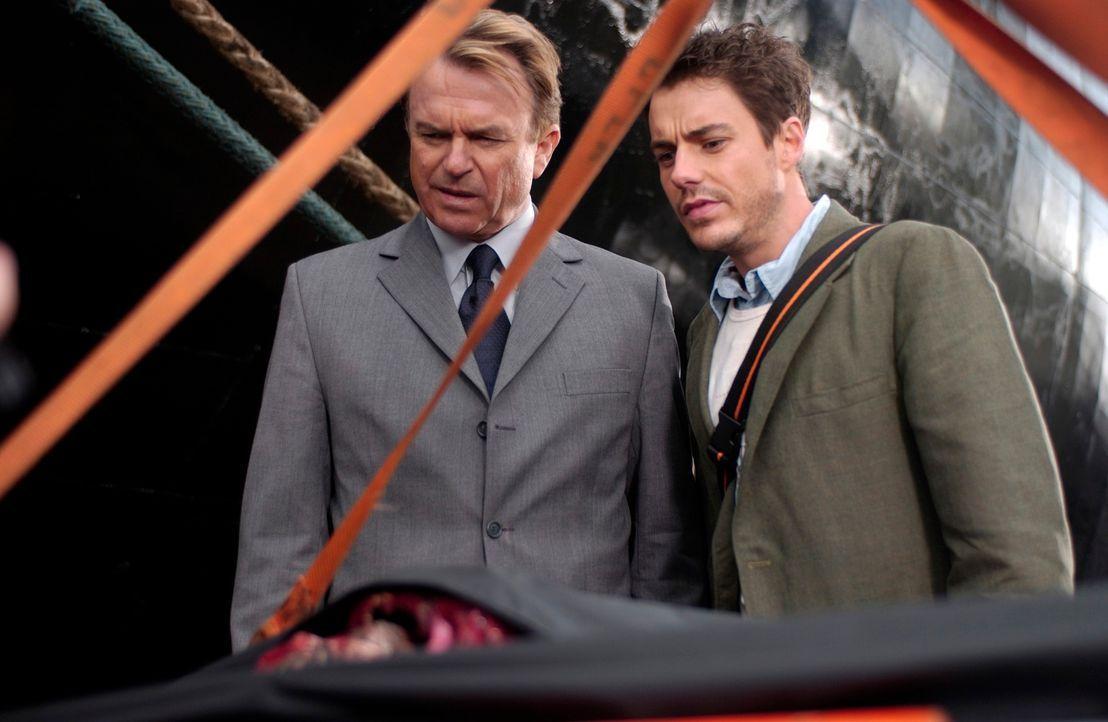 Nachdem der Eigner Eric Benerall (Sam Neill, l.) mehrere Schiffe im Bermuda Dreieck verloren hat, lässt er sich von Aron Ackerman (John Sloan, r.) e... - Bildquelle: The Sci-Fi Channel