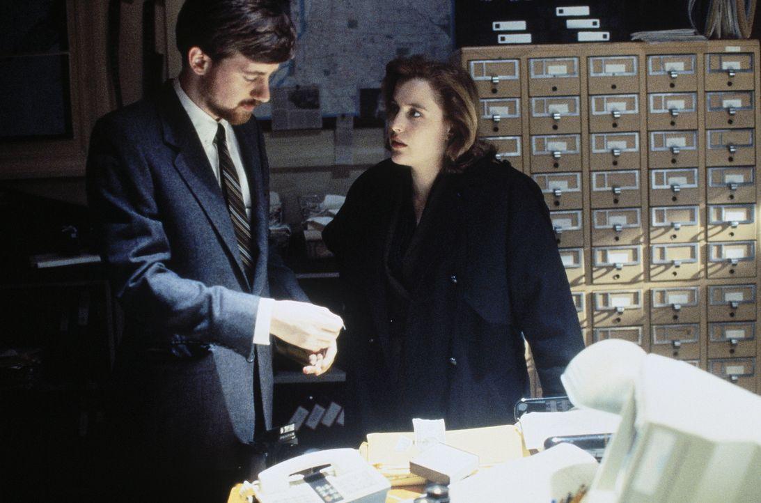 Die FBI-Agenten Scully (Gillian Anderson, r.) muss feststellen, dass sie während ihrer Jagd nach einem außerirdischen Wesen vom CIA überwacht wurde.... - Bildquelle: TM +   Twentieth Century Fox Film Corporation. All Rights Reserved.