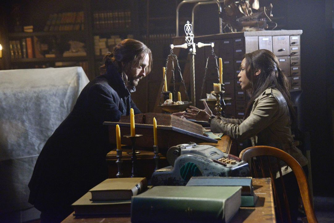 Ichabod (Tom Mison, l.) versucht alles, um Abbie (Nicole Beharie, r.) aus den Fängen des Sandmannes zu befreien. Doch wird es ihm gelingen? - Bildquelle: 2013 Twentieth Century Fox Film Corporation. All rights reserved.