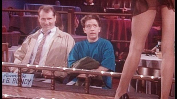 An seinem 18. Geburtstag besucht Bud (David Faustino, r.) mit Al (Ed O'Neill,...