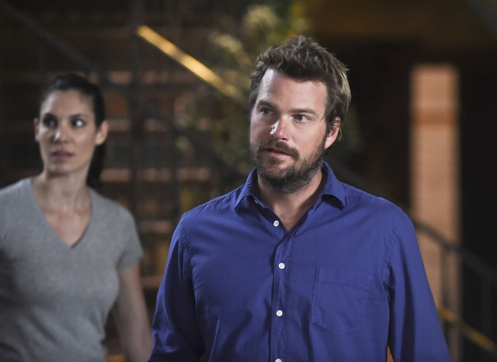 Während Callen (Chris O'Donnell, r.) und Kensi (Daniela Ruah, l.) in einem neuen Fall ermitteln, gerät Hetty (Linda Hunt) unterdessen in Washington... - Bildquelle: 2014 CBS Broadcasting, Inc. All Rights Reserved.