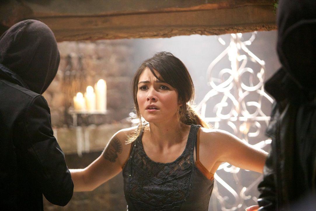 Die Verbindung von Sophie (Daniella Pineda) und Hayley könnte tödlich enden ... - Bildquelle: Warner Bros. Television