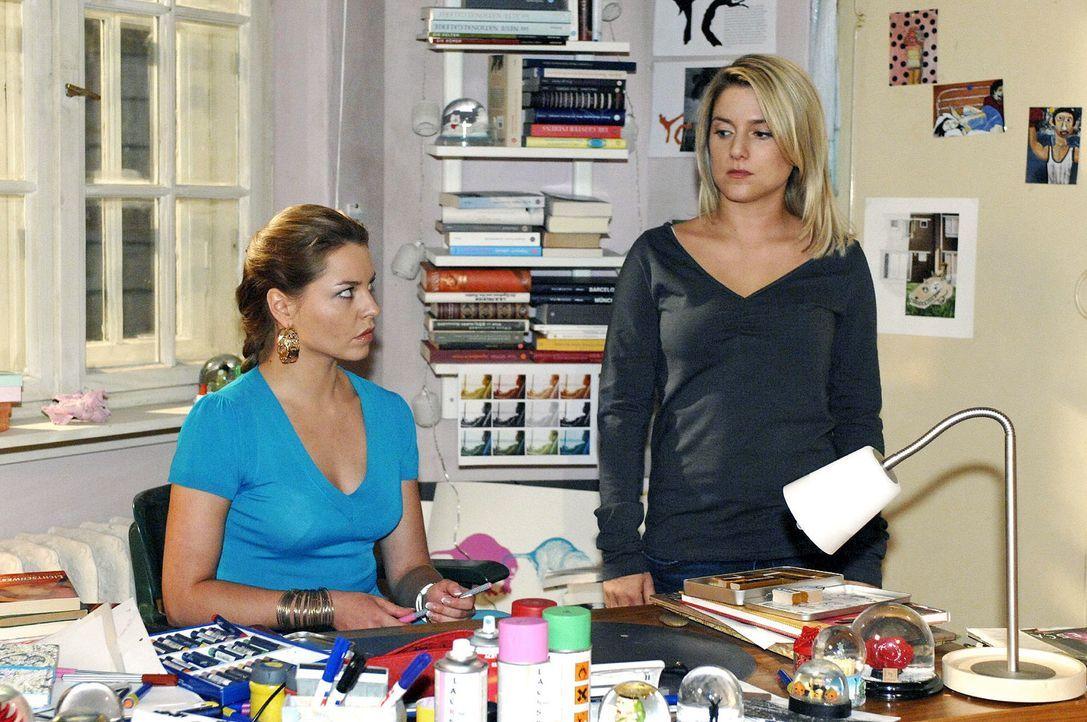 Anna (Jeanette Biedermann, r.) ist schockiert, als sie feststellt, dass Katja (Karolina Lodyga, l.) an ihrem Computer war ... - Bildquelle: Oliver Ziebe Sat.1