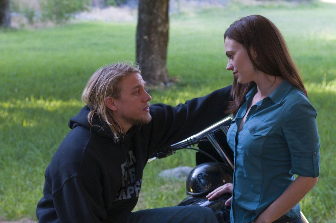 Tara (Maggie Siff, r.) ist eifersüchtig auf Ima, die sich kräftig an Jax (Charlie Hunnam, l.) ranmacht ... - Bildquelle: 2009 FX Networks, LLC. All rights reserved.