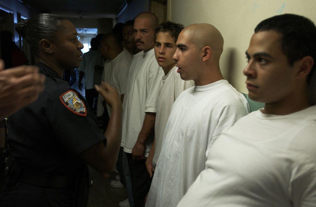 Im Gefängnis von Riker's Island herrscht ein rauer Ton, doch der 17-jährige Drogendealer Gabriel (Jose Pablo Cantillo, r.) lässt sich nicht so le... - Bildquelle: CPT Holdings, Inc.  All Rights Reserved.