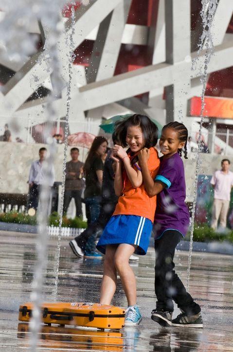 Kaum an der neuen Schule in Peking angekommen, verliebt sich Dre (Jaden Smith, r.) in Mei Ying (Wenwen Han, l.), die Tochter des örtlichen Kung-Fu-L... - Bildquelle: 2010 CPT Holdings, Inc. All Rights Reserved.
