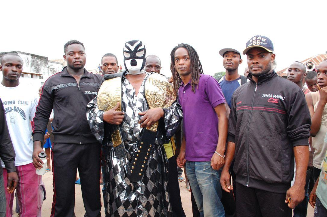 In der demokratische Republik Kongo taucht Seyi Rhodes (5.v.r.) in die außergewöhnliche Welt des professionellen Wrestlings ein. Ein ganz besonderes... - Bildquelle: Quicksilver Media 2012