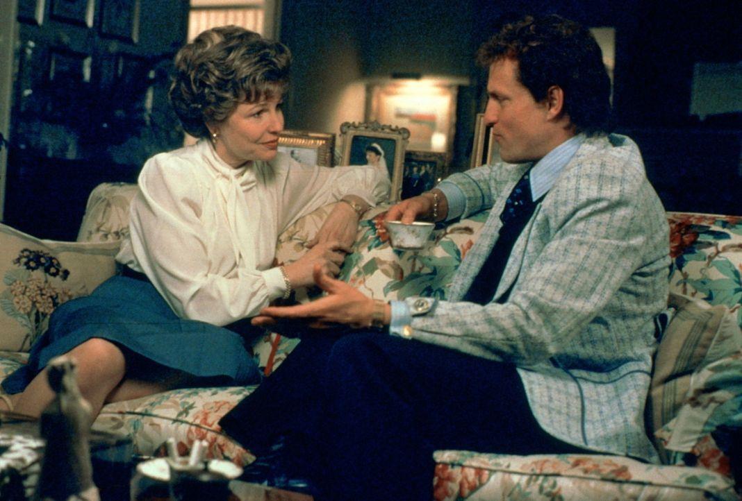 Kann Larry Flynt (Woody Harrelson, r.) für kurze Zeit mäßigen: Ruth Carter Stapleton (Donna Hanover, l.), die Schwester des Präsidenten Jimmy Ca... - Bildquelle: Columbia Pictures