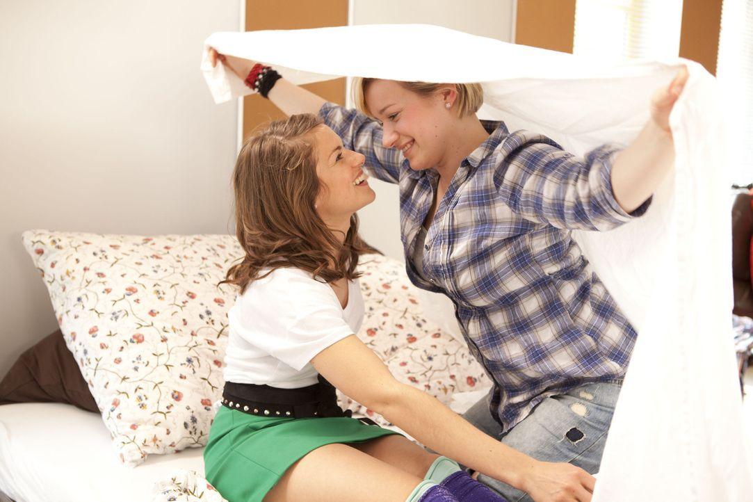 Kommen sich immer näher: Emma (Kasia Borek, r.) und Jenny (Lucy Scherer, l.) ... - Bildquelle: SAT.1