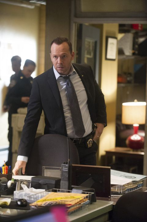 Als Danny (Donnie Wahlberg) sieht, wie Baez von einem Mann im Verhörraum mit einer Waffe bedroht wird, muss er schnell handeln ... - Bildquelle: Jeff Neira 2014 CBS Broadcasting Inc. All Rights Reserved.