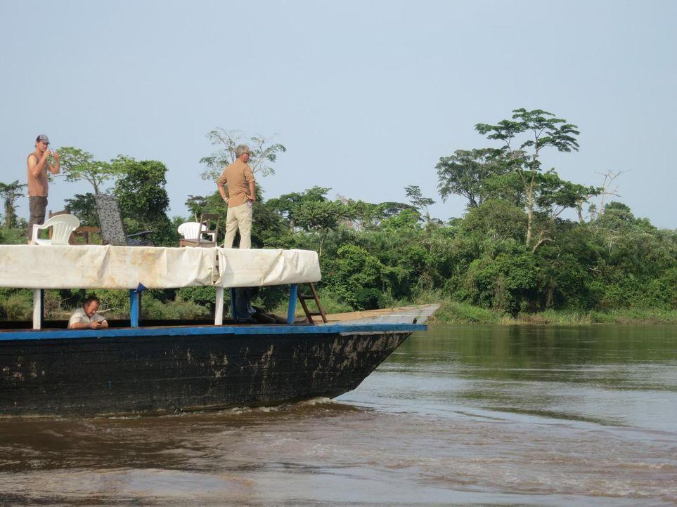 Anthony Bourdain (r.) reist in den Kongo. Das Land, das einst durch seine Industrialisierung eine herausragende Rolle in Afrika spielte, droht im Ch... - Bildquelle: 2013 Cable News Network, Inc. A TimeWarner Company. All rights reserved.