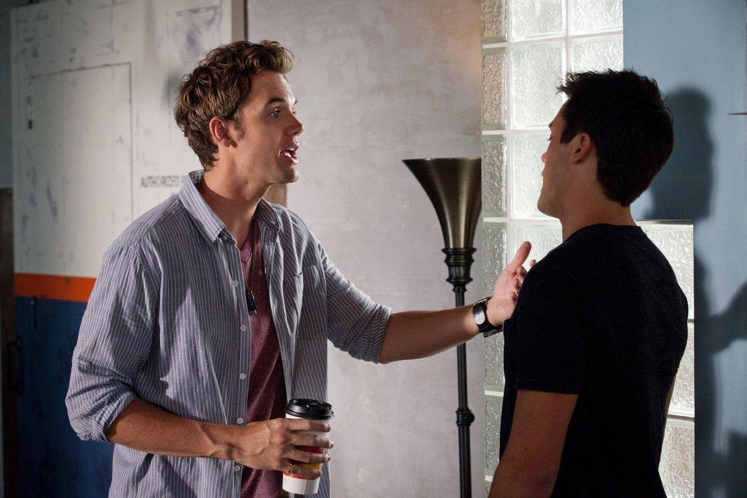 Chase (Stephen Colletti, r.) in der Bredouille: Chris Keller (Tyler Hilton, l.) stürmt plötzlich die Wohnung, während er geheimen Besuch hat. Fliegt... - Bildquelle: Warner Bros. Pictures