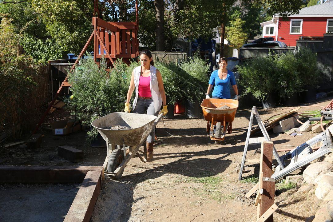 Shelly (r.) packt bei der Umgestaltung ihres Gartens mit an, denn sie kann es kaum erwarten, zu sehen, was sich Sara (l.) alles ausgedacht hat ... - Bildquelle: 2014, DIY Network/Scripps Networks, LLC. All RIghts Reserved.