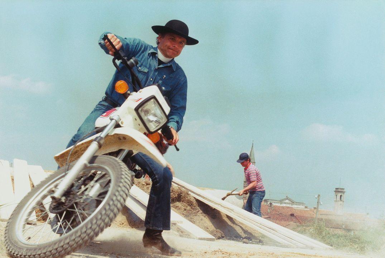 Don Camillo (Terence Hill) ist ein Priester, der dem Wandel der Zeit folgt. Er fährt ein Motocrossrad und vollzieht sogar eine Trauung beim Fallsch... - Bildquelle: Paloma Films