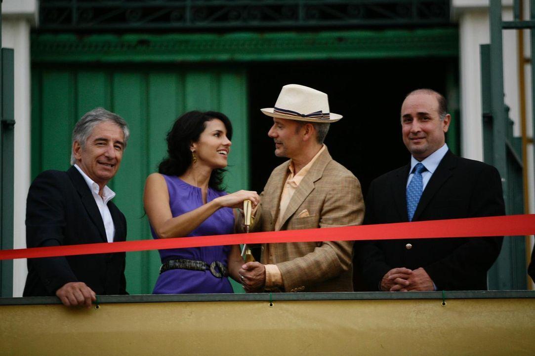 Boris (Campbell Scott, 2.v.r.) unterstützt die erfolgreiche Genetikerin Dr. Marissa Caseras (Paola Turbay, 2.v.l.) finanziell. - Bildquelle: Universal Studios