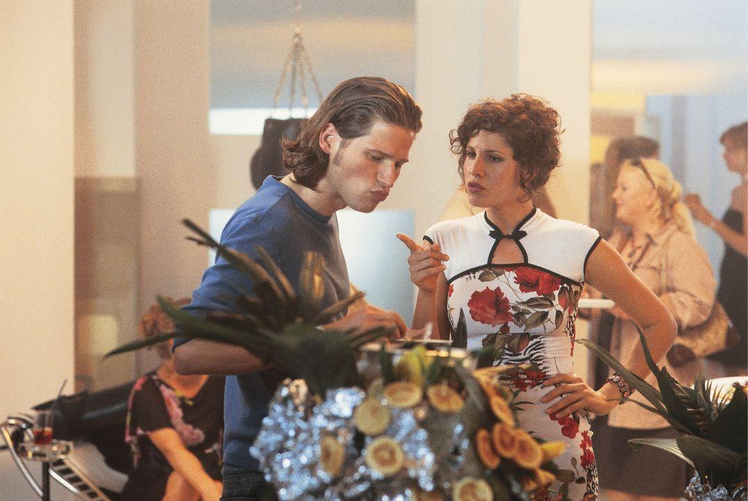 Um an eine günstige Wohnung zu kommen, versucht Lucy (Jasmin Gerat, r.) mit aller Gewalt, Sebastian Bernstein (Sebastian Ströbel, l.), den Sohn ei... - Bildquelle: Constantin
