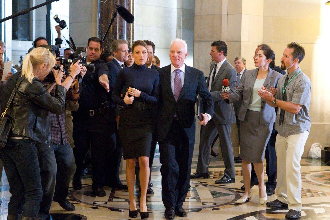 Sind auf das Urteil der Jury gespannt: Isabella (Natalie Zea, M.l.) und Stanton Infeld (Malcolm McDowell, M.r.) ... - Bildquelle: 2011 Sony Pictures Television Inc. All Rights Reserved.